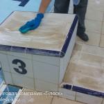 Тумбочка бассейна в процессе чистки